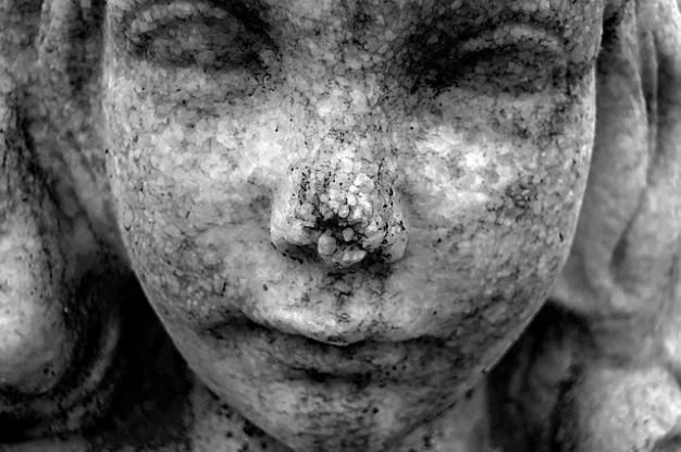 plan-rapproche-de-statue-detail-enfant-fille-pierre-texture_121-62768
